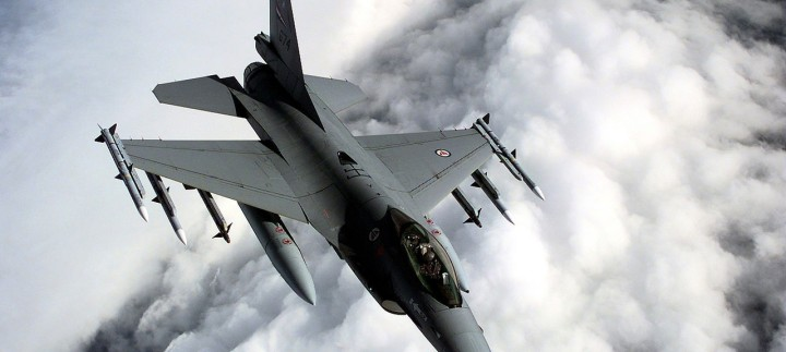 1280px-Norwegian_F16A_over_Balkans-1280x575